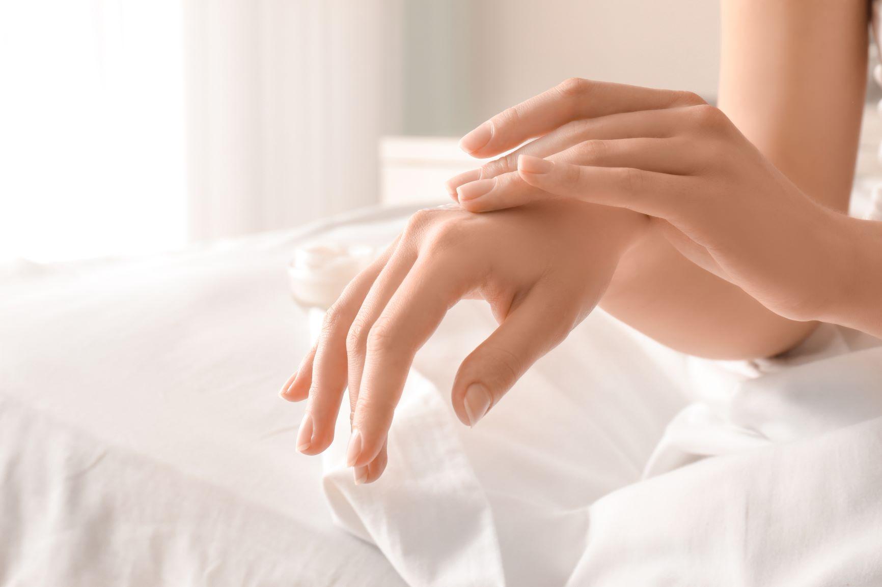 Co způsobuje suchou kůži na rukou?